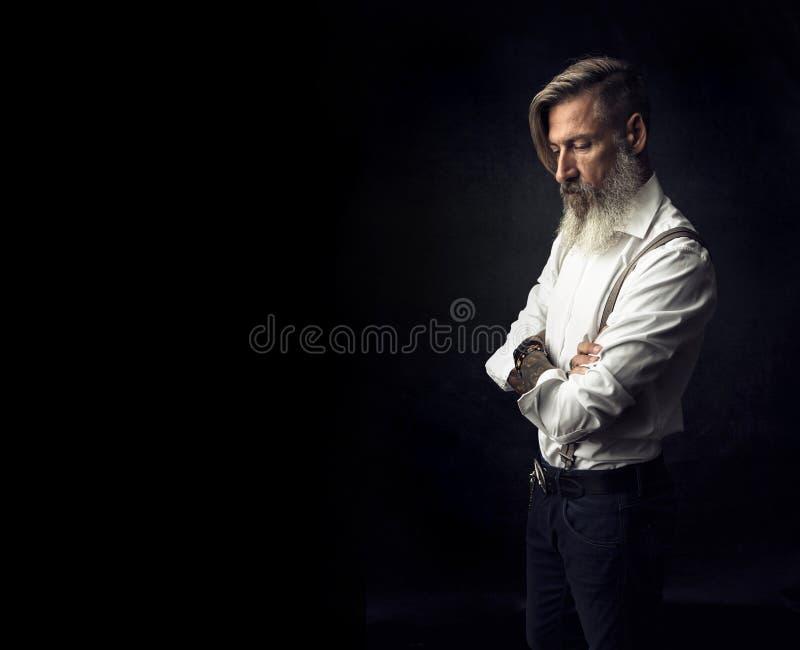 Portret van een aantrekkelijke gebaarde mens met gekruiste wapens royalty-vrije stock fotografie