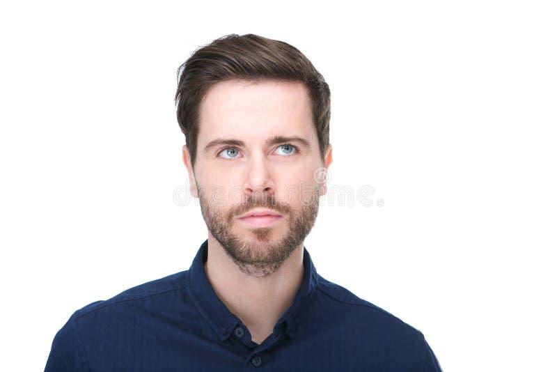 Portret van een aantrekkelijke jonge mens die met baard omhoog kijken royalty-vrije stock afbeelding