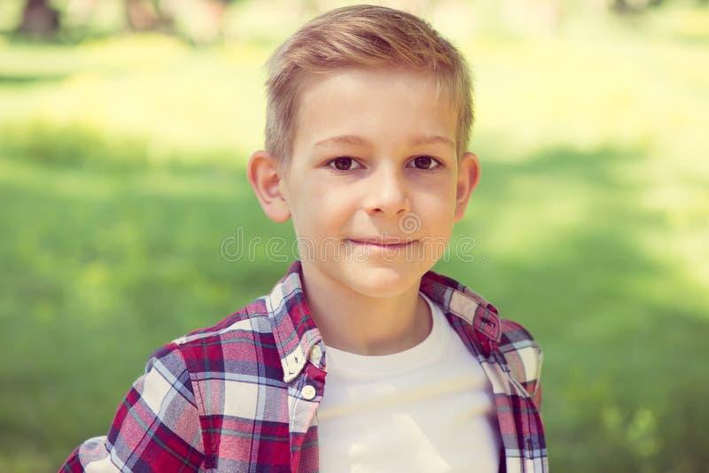 Portret van een aantrekkelijke jonge tiener in het schoolplein royalty-vrije stock afbeeldingen