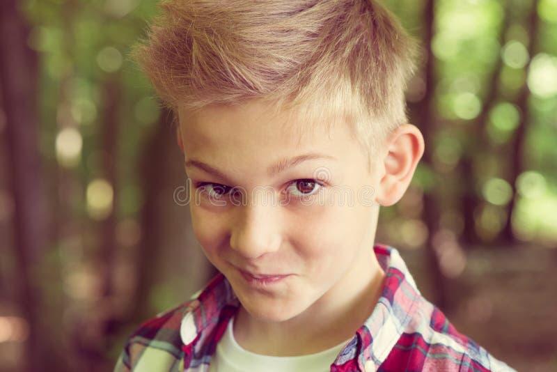 Portret van een aantrekkelijke jonge tiener in het schoolplein royalty-vrije stock afbeelding