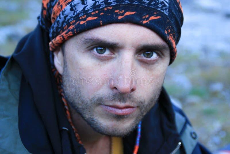 Portret van een aantrekkelijke jonge witte Kaukasische mannelijke toerist met een ernstig gezicht en duidelijke blauwe ogen in ee stock foto's
