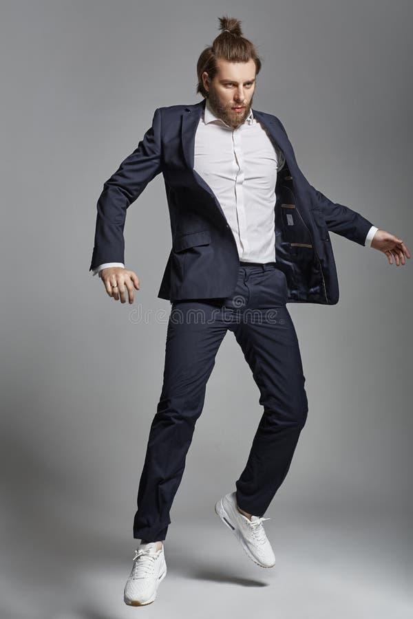 Portret van een aantrekkelijke kerel die sportenkostuum dragen royalty-vrije stock afbeeldingen