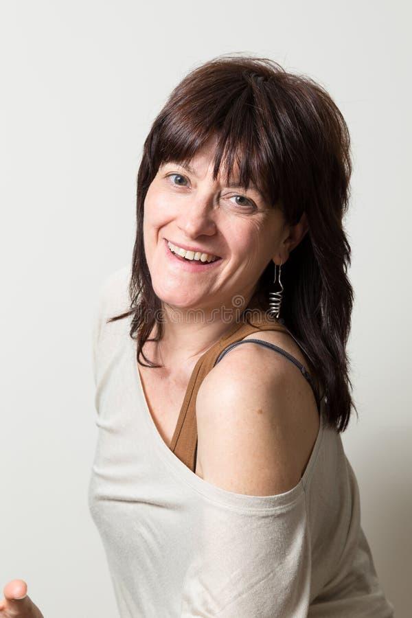 Download Portret Van Een Aantrekkelijke Vrouw Stock Afbeelding - Afbeelding bestaande uit overhemd, smiling: 39113497