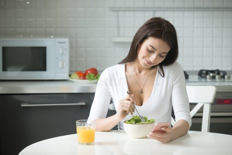 Portret van een aantrekkelijke vrouw die gezonde lunch hebben stock afbeelding