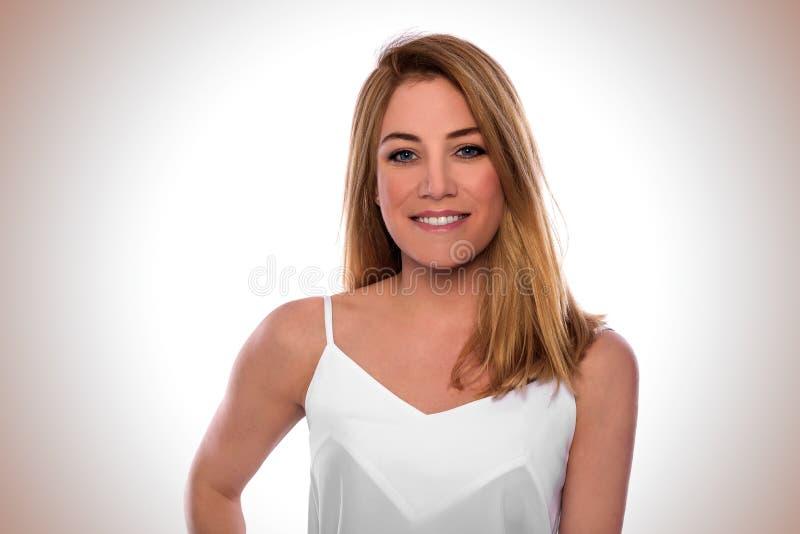 Portret van een aantrekkelijke vrouw in een witte kleding royalty-vrije stock foto
