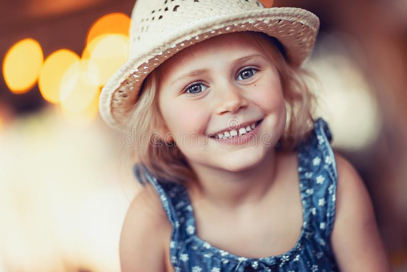 Portret van een aardig meisje stock foto's