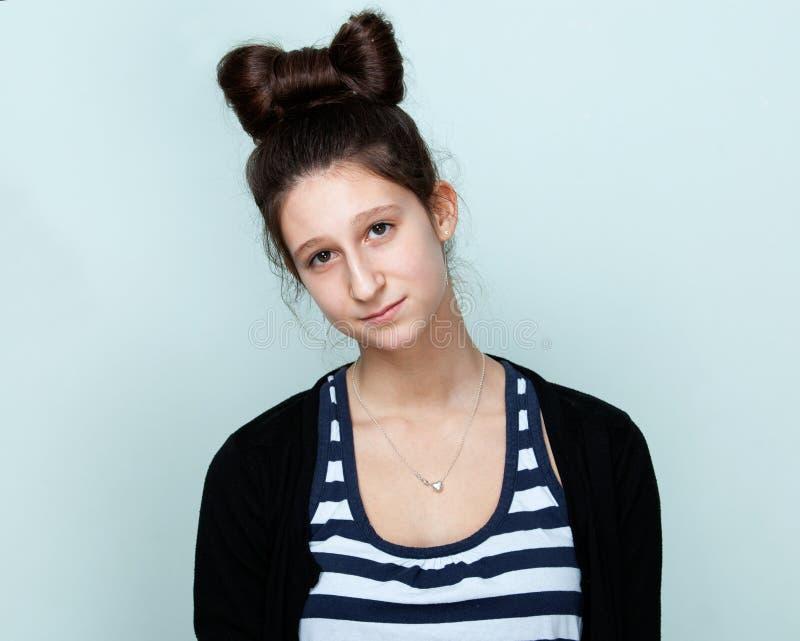 Portret van een aardige tiener met mooi kapsel stock afbeelding