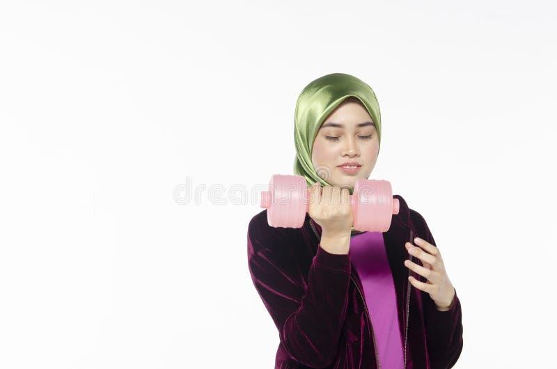 Portret van een actieve gezonde hijabvrouw en dumbells voor promot stock afbeelding