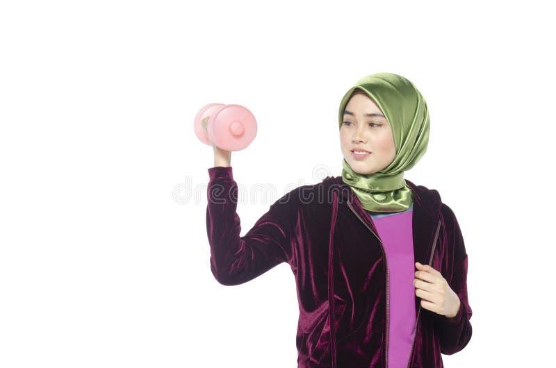 Portret van een actieve gezonde hijabvrouw en dumbells voor promot stock fotografie