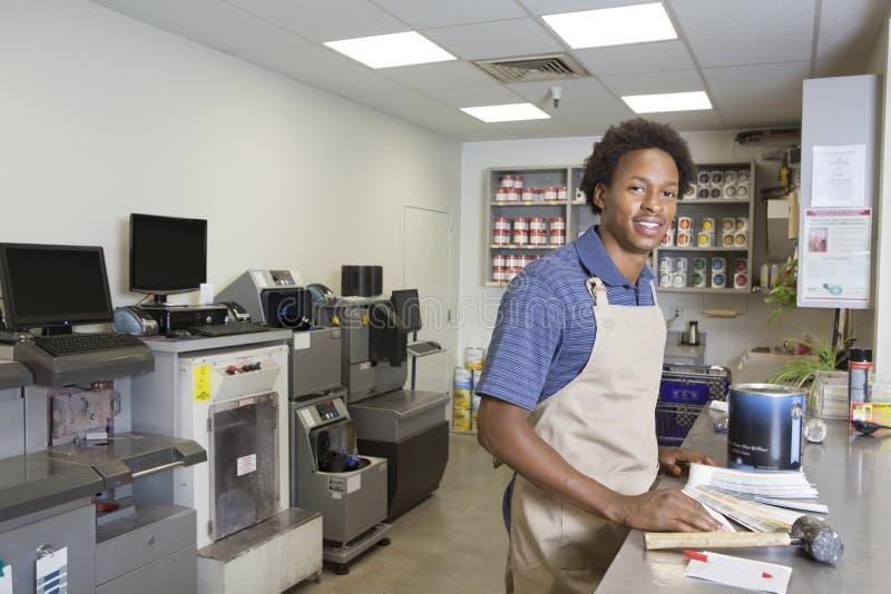 Portret van een Afrikaans Amerikaans mannetje bij verfsectie in supermarkt royalty-vrije stock afbeeldingen