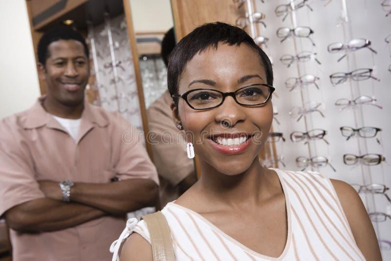 Portret van een Afrikaanse Amerikaanse Vrouw die Glazen dragen royalty-vrije stock afbeeldingen
