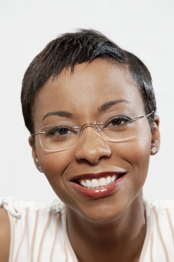 Portret van een Afrikaanse Amerikaanse Vrouw die Oogglazen dragen royalty-vrije stock foto