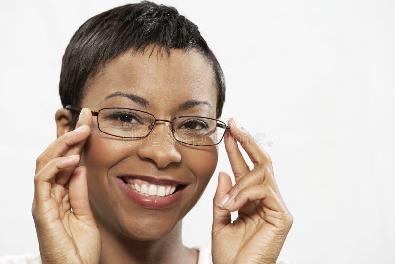 Portret van een Afrikaanse Amerikaanse Vrouw die op Oogglazen proberen royalty-vrije stock afbeeldingen