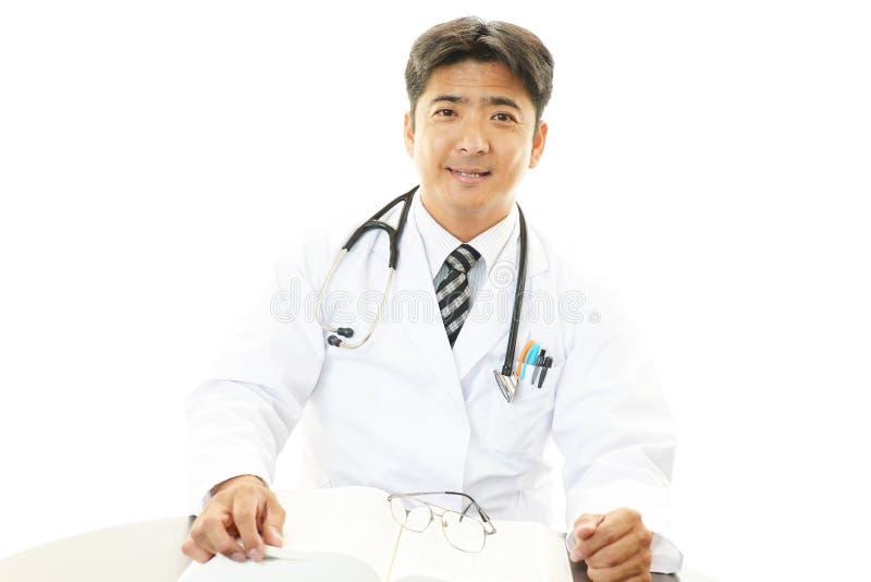 Portret van een Aziatische medische arts stock foto's