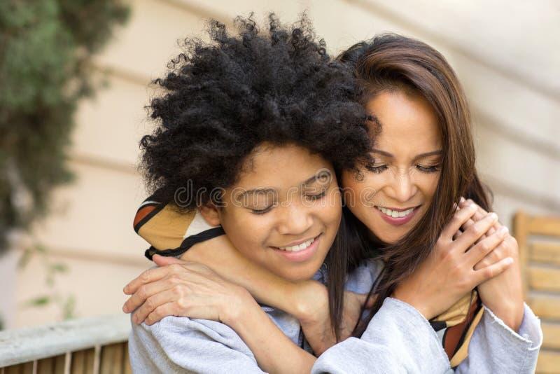 Portret van een Aziatische moeder met haar tienerzoon stock afbeeldingen