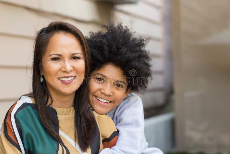 Portret van een Aziatische moeder met haar tienerzoon royalty-vrije stock afbeeldingen