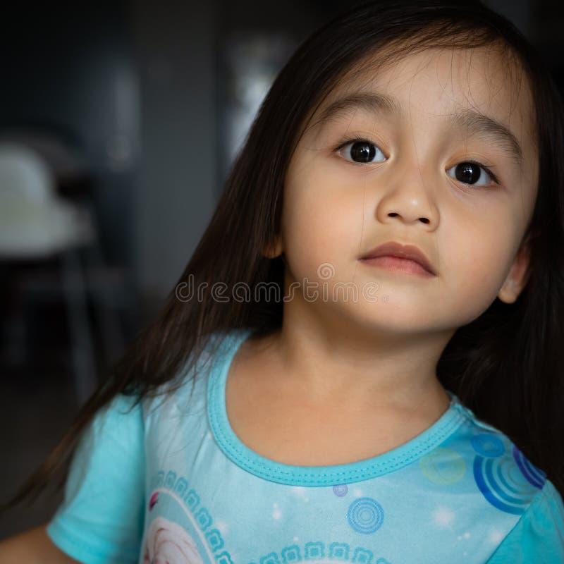 Portret van een Aziatische peuter, 3 jaar oud Erg vrolijk, blij en vol vertrouwen stock fotografie