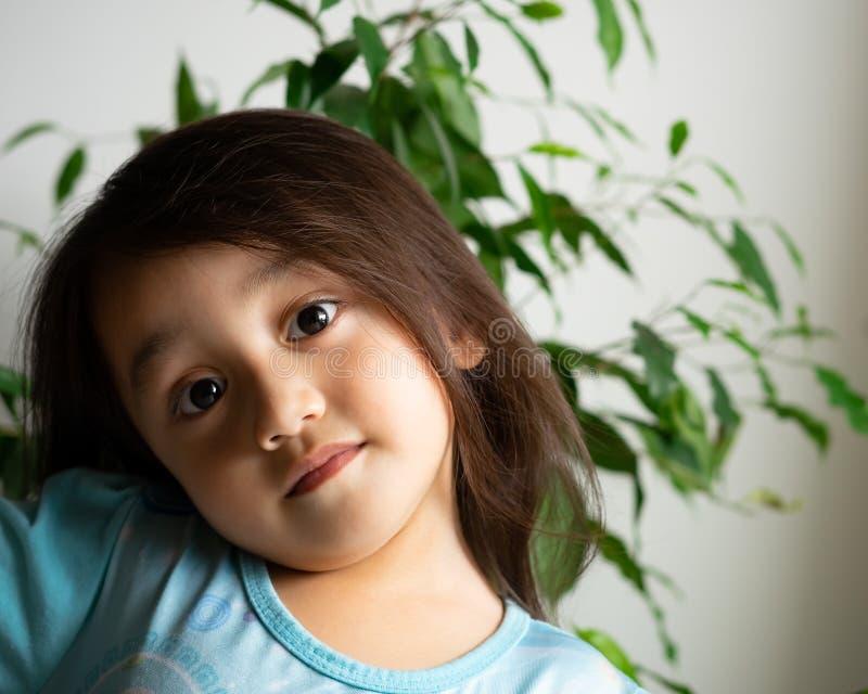 Portret van een Aziatische peuter, 3 jaar oud Erg vrolijk, blij en vol vertrouwen royalty-vrije stock afbeelding