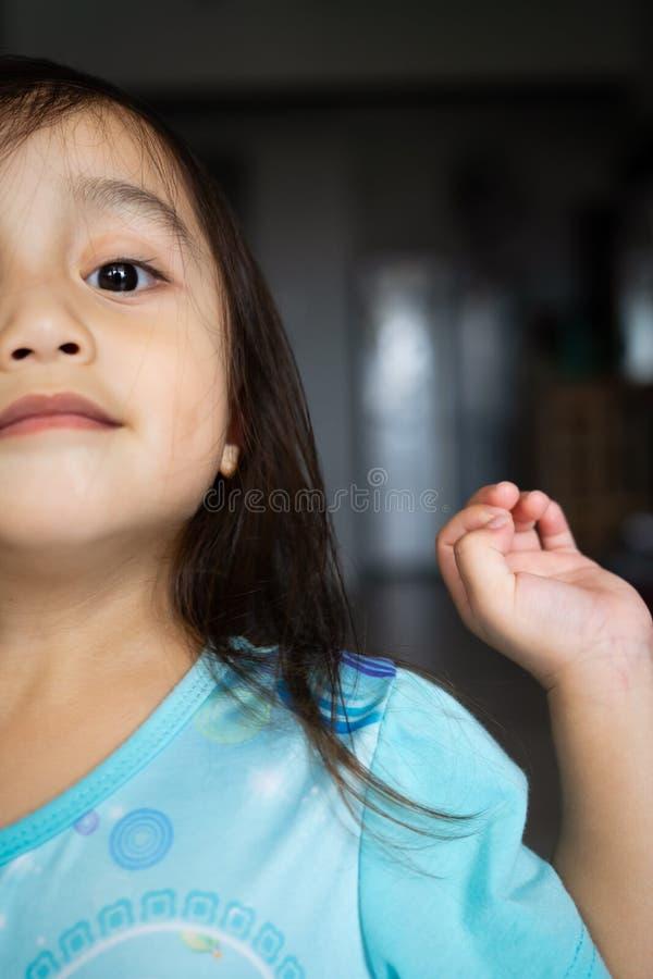 Portret van een Aziatische peuter, 3 jaar oud Erg vrolijk, blij en vol vertrouwen stock afbeeldingen