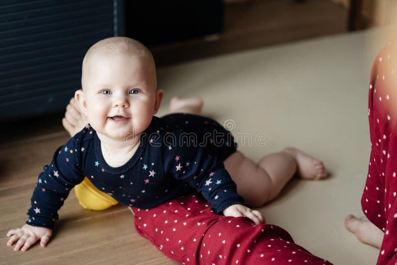Portret van een baby die op de vloer en het glimlachen kruipen royalty-vrije stock foto