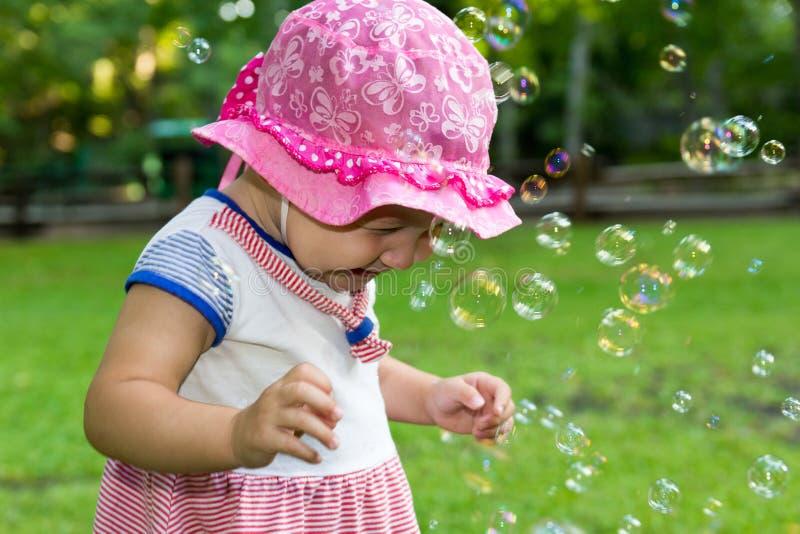 Portret van een baby en zeepbels stock foto