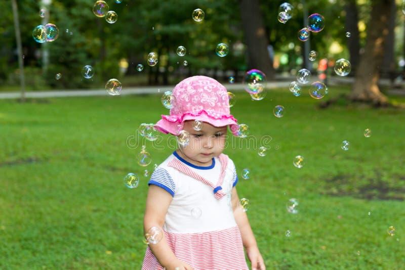 Portret van een baby en zeepbels royalty-vrije stock afbeelding