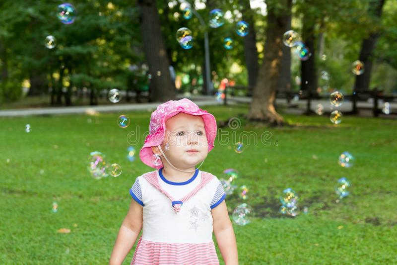 Portret van een baby en zeepbels stock afbeelding
