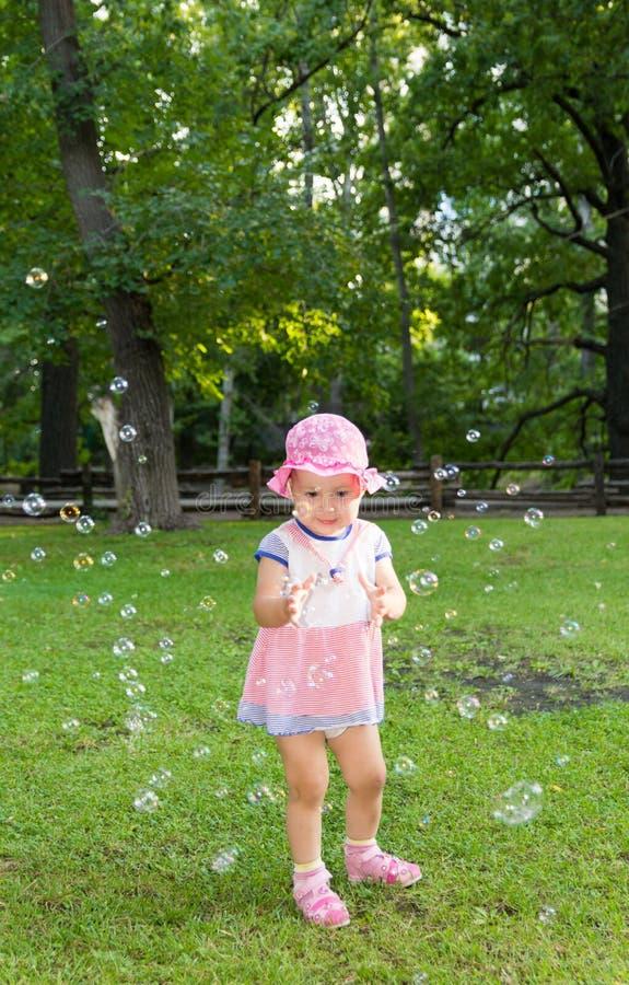 Portret van een baby en zeepbels stock afbeeldingen