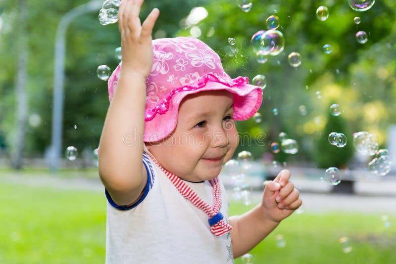 Portret van een baby en zeepbels royalty-vrije stock foto's