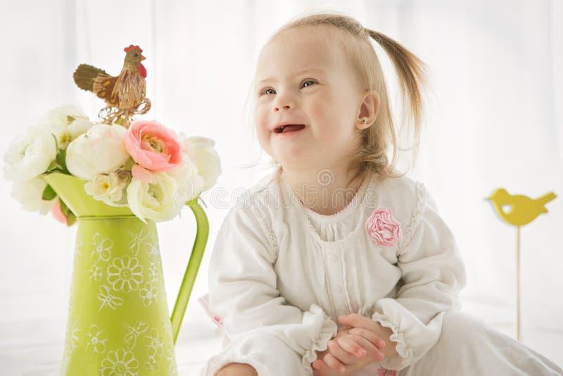 Portret van een babymeisje met Benedensyndroom royalty-vrije stock fotografie