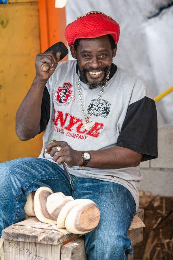 Portret van een Bahamiaanse en beeldhouwer die glimlachen werken royalty-vrije stock fotografie