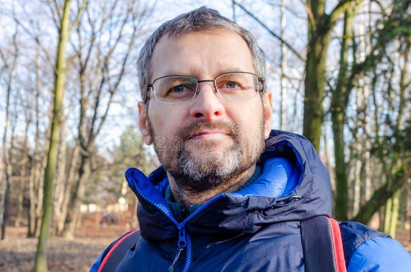 Portret van een bebaarde man van middelbare leeftijd in het bos stock afbeeldingen