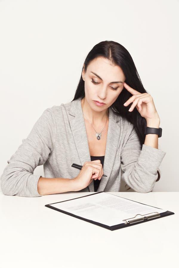 Portret van een bedrijfsvrouw met bindmiddel stock fotografie