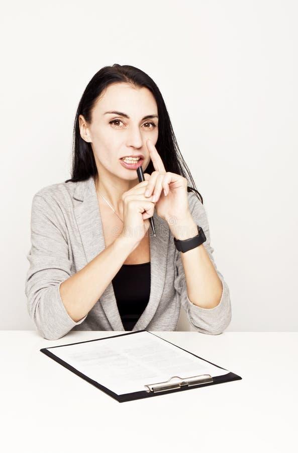 Portret van een bedrijfsvrouw met bindmiddel royalty-vrije stock afbeeldingen