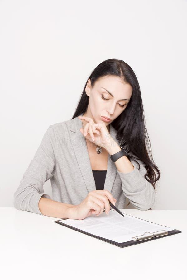 Portret van een bedrijfsvrouw met bindmiddel royalty-vrije stock foto