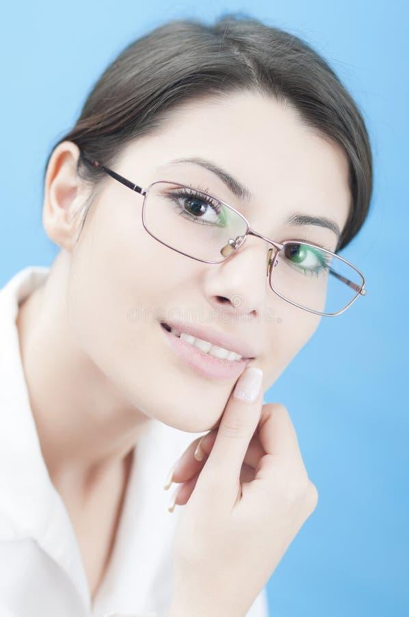 Portret van een bedrijfsvrouw met glazen stock afbeelding