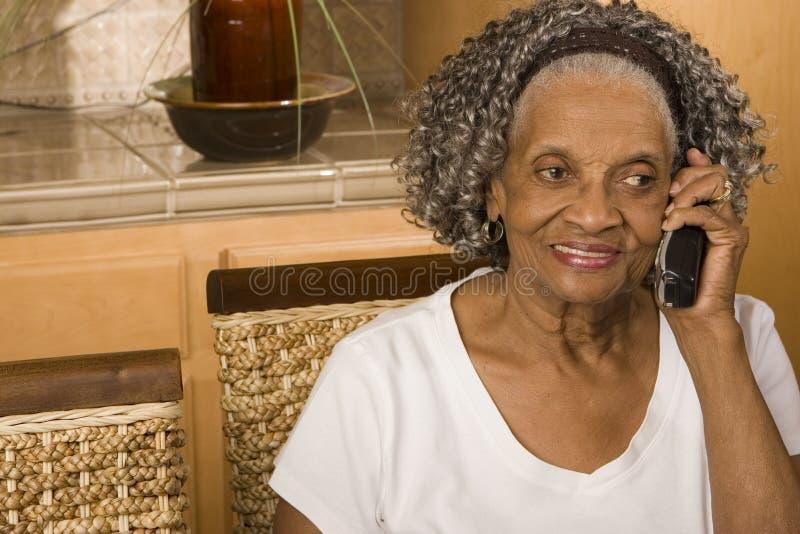 Portret van een bejaarde Afrikaanse Amerikaanse vrouw op de telefoon royalty-vrije stock fotografie