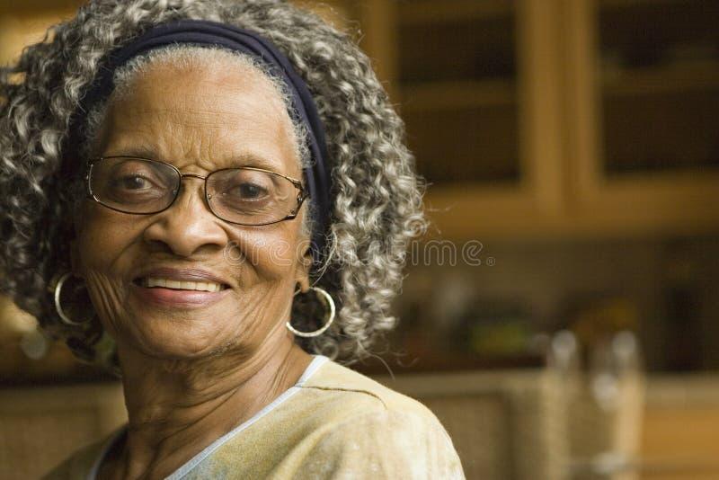 Portret van een bejaarde Afrikaanse Amerikaanse vrouw thuis royalty-vrije stock afbeeldingen