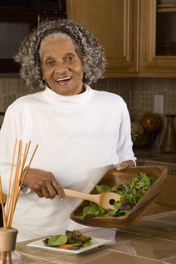 Portret van een bejaarde Afrikaanse Amerikaanse vrouw thuis royalty-vrije stock fotografie