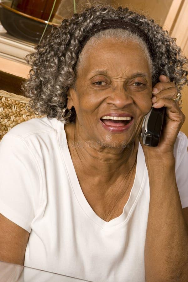 Portret van een bejaarde Afrikaanse Amerikaanse vrouw thuis royalty-vrije stock foto