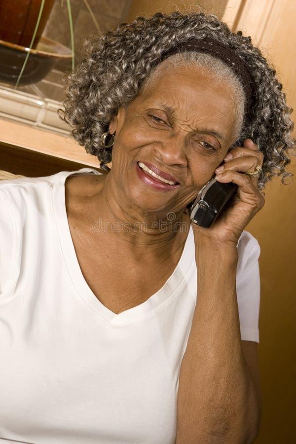 Portret van een bejaarde Afrikaanse Amerikaanse vrouw thuis royalty-vrije stock afbeelding