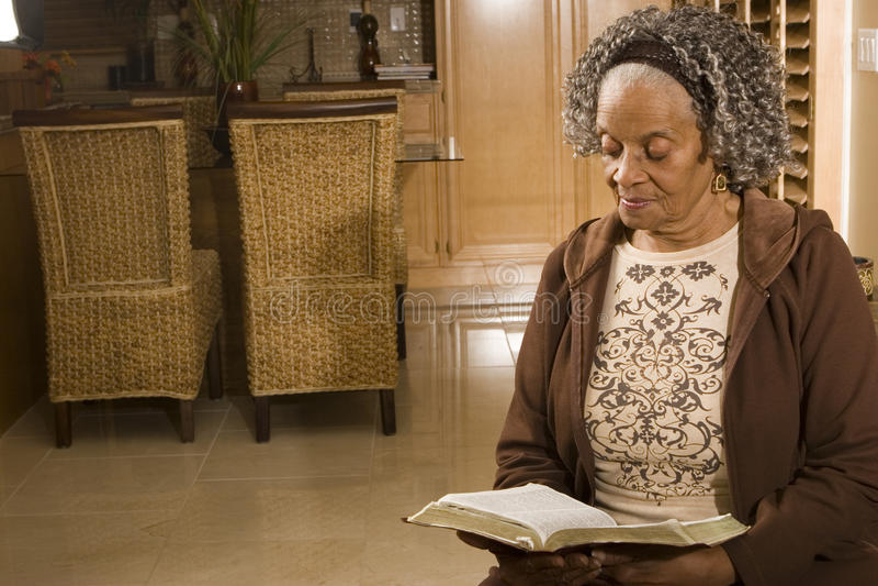 Portret van een bejaarde Afrikaanse Amerikaanse vrouw thuis royalty-vrije stock foto's