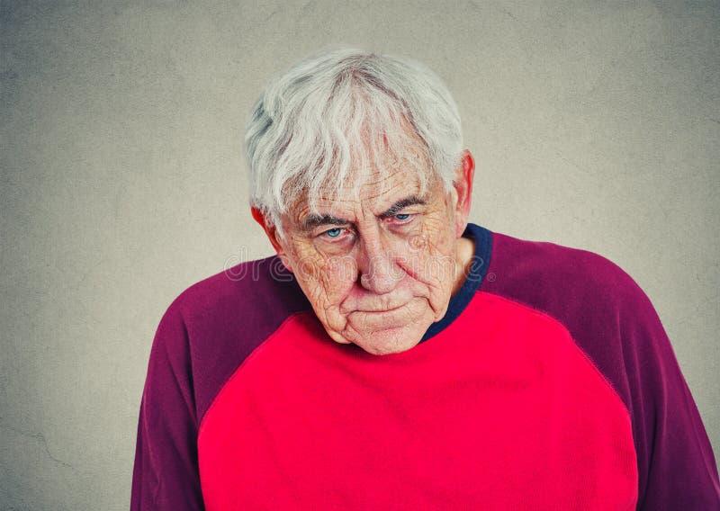 Portret van een bejaarde gedeprimeerde mens royalty-vrije stock foto's