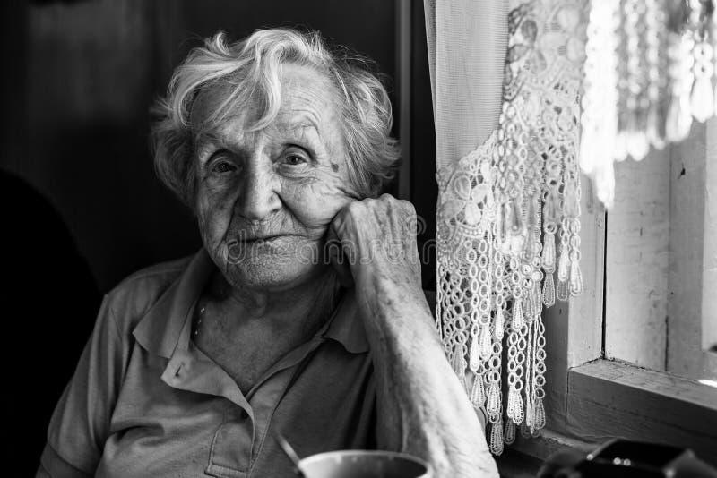 Portret van een bejaarde in haar huis royalty-vrije stock afbeelding