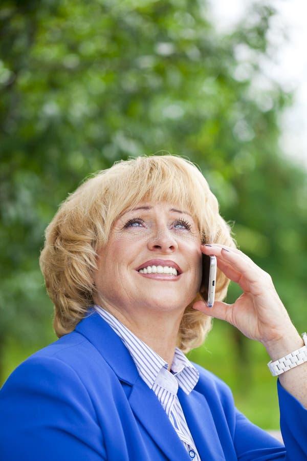 Portret Van Een Bejaarde Mooie Vrouw Die Op Een Celtelefoon Spreken Stock Foto