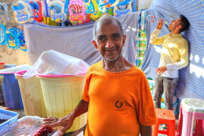 Portret van een bejaarde Perzische arbeider bij de Grote Bazaar stock foto's
