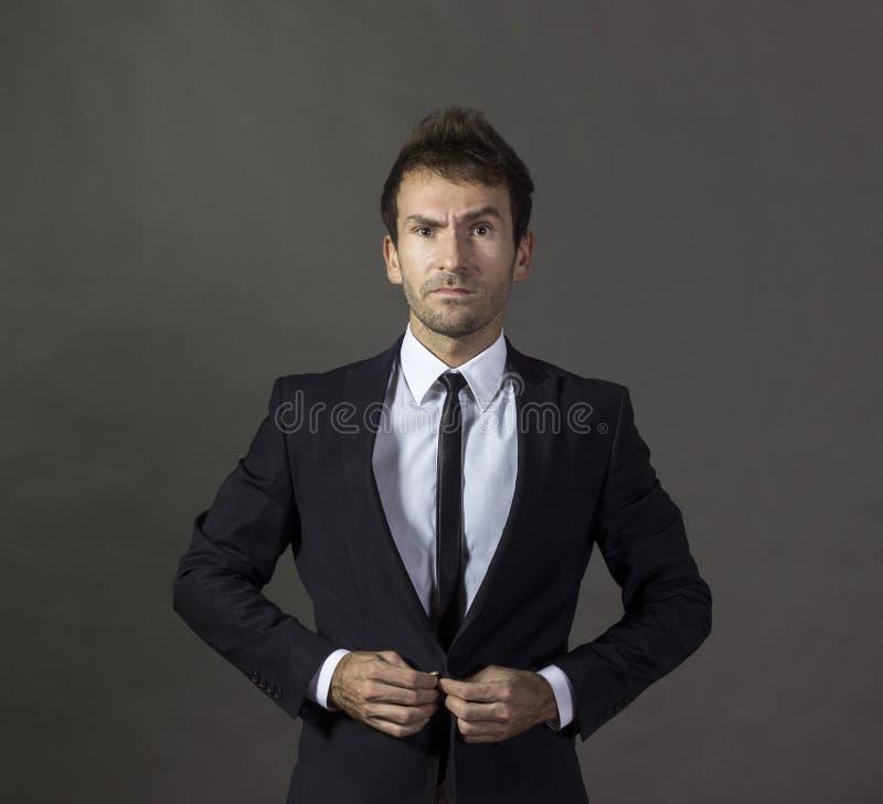 Portret van een benieuwd zijnde heer in bedrijfskledij royalty-vrije stock afbeelding