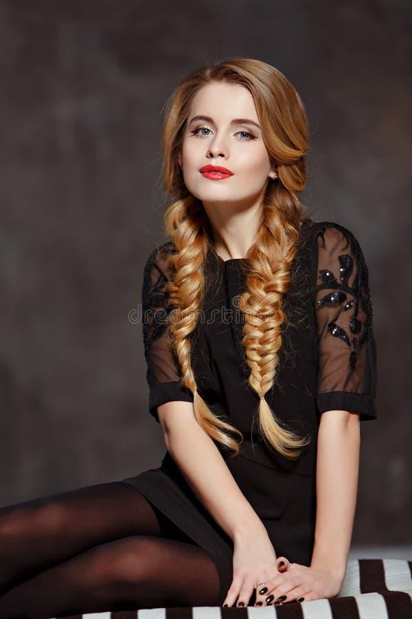 Portret van een betoverend mooi meisje met vlechten en helder stock afbeeldingen