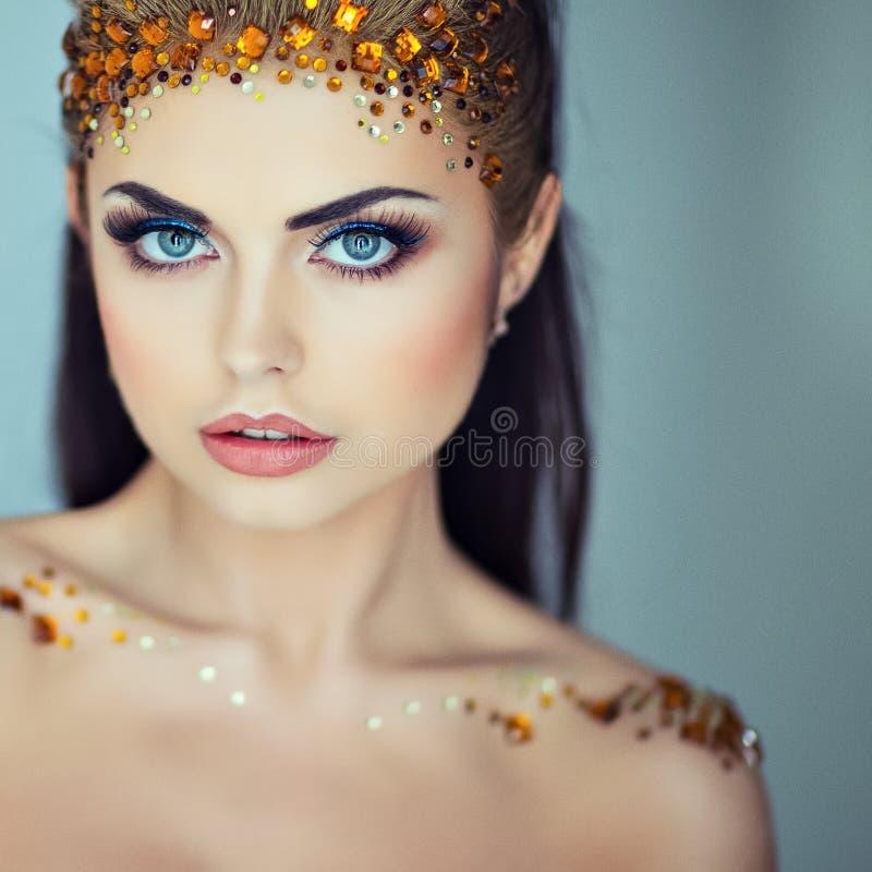 Portret van een betoverend zeer mooi meisjesbrunette met lovertje royalty-vrije stock foto