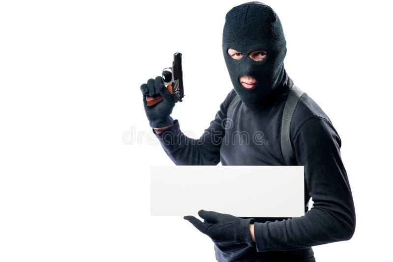 Portret van een bewapende mens in zwarte kleren met een affiche royalty-vrije stock foto's